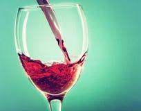 Dolewania czerwone wino Obrazy Royalty Free