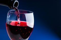 Dolewania czerwone wino w szkło Zdjęcia Stock