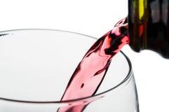 Dolewania czerwone wino w szkło Obrazy Royalty Free