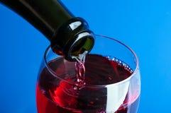 Dolewania czerwone wino w szkło Obrazy Stock