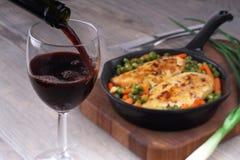 Dolewania jedzenie i czerwone wino zdjęcie royalty free