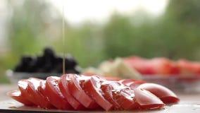 Dolewania oliwa z oliwek na pomidorach zbiory wideo