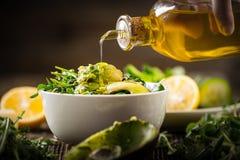 dolewania oliwa z oliwek sałata Fotografia Stock