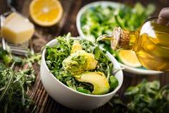 dolewania oliwa z oliwek sałata Zdjęcie Royalty Free