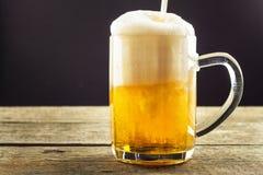 Dolewania piwo w szkło na drewnianym stole napoje alkoholowe Bezpłatny piwo Sprzedaż piwo bar Obrazy Royalty Free