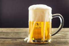 Dolewania piwo w szkło na drewnianym stole napoje alkoholowe Bezpłatny piwo Sprzedaż piwo bar Fotografia Stock