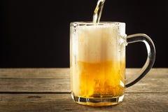 Dolewania piwo w szkło na drewnianym stole napoje alkoholowe Bezpłatny piwo Sprzedaż piwo bar Zdjęcie Royalty Free