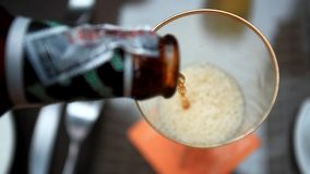 Dolewania piwo w szkło od butelki HD zbiory