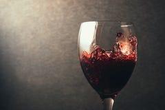 dolewania szklany czerwone wino Fotografia Royalty Free