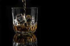 dolewania szklany whisky Zdjęcie Stock