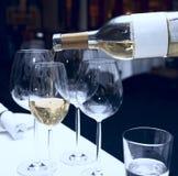 dolewania szklany wino Obraz Royalty Free
