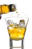 dolewania whisky zdjęcia stock