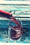 Dolewania wino, dolewania czerwone wino, szkło, stary drewniany tło obraz stock