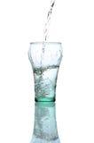 dolewanie świeża szklana woda obrazy stock