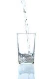 dolewanie świeża szklana woda zdjęcie stock