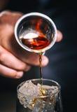 Dolewanie alkohol od osadzarki zdjęcia royalty free