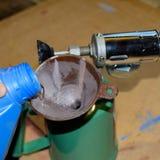 Dolewanie benzyny blowtorch fotografia stock