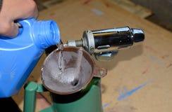 Dolewanie benzyny blowtorch przez zdjęcia stock