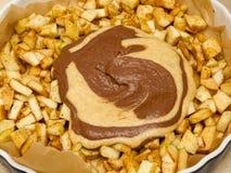 Dolewanie cynamonu proszek w jabłczanego plombowanie Robić Filo Jabłczanego kulebiaka ciasto Nakrywać seriom ilustracja wektor