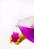 Dolewanie detergent w nakrętkę butelka Zdjęcia Stock