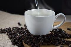 Dolewanie gorąca woda w filiżankę kawy Fotografia Royalty Free