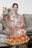 Dolewanie herbata arabski sposób Fotografia Stock
