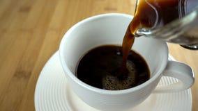 Dolewanie kawa w białą filiżankę zbiory wideo