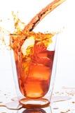 Dolewanie pomarańcze woda rozjaśniać szkło wewnątrz obraz stock