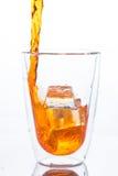 Dolewanie pomarańcze woda rozjaśniać szkło wewnątrz fotografia stock