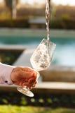 Dolewanie różany wino przy wino degustacją Pojęcie różany wino Obrazy Royalty Free