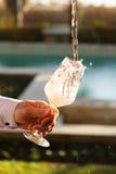 Dolewanie różany wino przy wino degustacją Pojęcie różany wino Zdjęcie Royalty Free