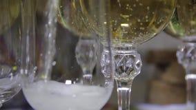 Dolewanie szampan w szkła na świątecznym stole zbiory