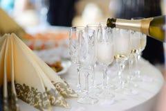 Dolewanie szampan w szkła obrazy royalty free