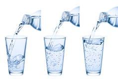 dolewanie szklana woda Zdjęcie Stock