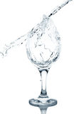 dolewanie szklana woda Fotografia Royalty Free