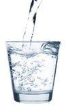 dolewanie szklana woda Obrazy Stock