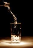 Dolewanie woda mineralna Obraz Royalty Free