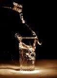 Dolewanie woda mineralna Zdjęcia Royalty Free