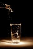Dolewanie woda mineralna Zdjęcia Stock