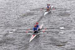 Dolfijn (bovenkant) en van Don Rowing (Bodem) rassen in het Hoofd van de Hoofddubbelen van Charles Regatta Men royalty-vrije stock foto's