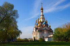 DOLGOPRUDNY, RUSIA - 27 de septiembre de 2015: Iglesia del icono de Kazán de la madre de dios Imagen de archivo libre de regalías