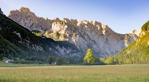 Dolina de Logarska - vale de Logar, Eslovênia no nascer do sol fotos de stock