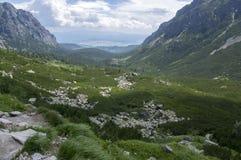 Dolina di Mengusovska, traccia di escursione importante al supporto Rysy, alte montagne di Tatra, Slovacchia, vista stupefacente  Fotografia Stock