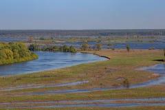 Dolina i meandery Desna rzeka Overflooded terenu zalewowy las w wiośnie, Ukraina obraz stock