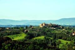 Dolina krajobrazowy stary kasztel na horyzoncie obrazy royalty free