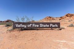 Dolina Pożarniczy stanu parka wejście Podpisuje wewnątrz Południowego Nevada Zdjęcie Royalty Free