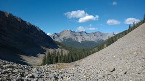 dolina pod Banff kolorami jesień wśrodku góry kaskady amfiteatru Fotografia Royalty Free