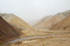Dolina wśród opustoszałych wzgórzy podczas burzy piaskowa, Iceland Fotografia Royalty Free