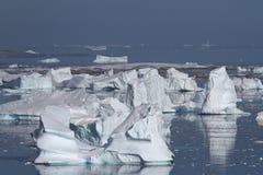 Dolinne góry lodowa lub cmentarniane góry lodowa blisko Antarktycznego Peninsu Zdjęcie Royalty Free