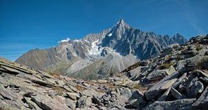 Dolinni, wysocy szczyty i Mont Blanc masyw w wiosce Chamonix w Francja i zdjęcia royalty free
